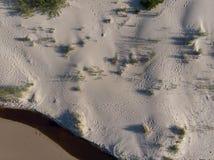 Vista superior na areia e no pouco litoral do rio ao mar imagem de stock