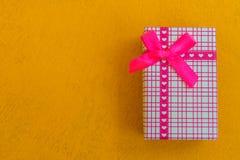 A vista superior na caixa de presentes envolvida em papel listrado do presente decorou wi Imagens de Stock Royalty Free