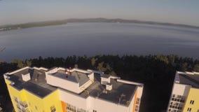 Vista superior na cidade: casas na costa do lago Antena da casa e do lago da cidade vídeos de arquivo
