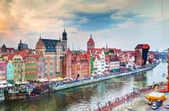 Vista superior na cidade de Gdansk e no rio velhos de Motlawa, Polônia no por do sol Imagens de Stock Royalty Free
