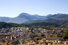 Vista superior na cidade e nas montanhas Fotos de Stock