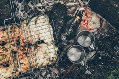 Vista superior na fogueira com carne da galinha Fotos de Stock Royalty Free