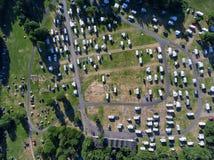 Vista superior na gota pura na área com campistas, caravana no acampamento Oslo noruega imagem de stock royalty free