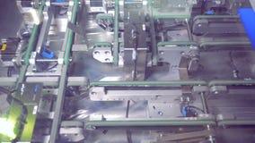 Vista superior na linha de produção com elementos solares na instalação de produção moderna 4K vídeos de arquivo