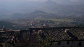 Vista superior na paisagem com a vila italiana pequena nas montanhas vídeos de arquivo