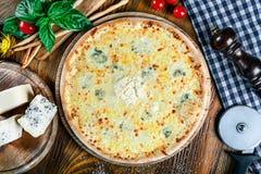 Vista superior na pizza de queijos caseiro do italiano quatro imagens de stock royalty free