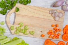 Vista superior na placa de corte com vegetais Imagem de Stock