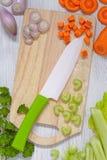 Vista superior na placa de corte com vegetais Fotografia de Stock Royalty Free