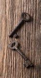 Vista superior na placa de madeira com duas chaves velhas Fotografia de Stock