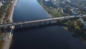 Vista superior na ponte sobre o grande rio Pskov, Rússia vídeos de arquivo