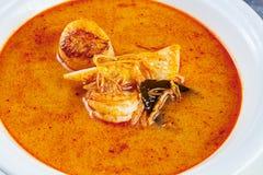A vista superior na sopa de tom yum serviu na placa branca com arroz sopa com camarão, marisco, leite de coco e pimenta de piment foto de stock royalty free