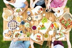 Vista superior na tabela do jardim com salada, frutos e pizza durante para fora imagens de stock