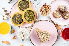 Vista superior na tabela servida do alimento Pastelaria saudável do vegetariano, sobremesa na tabela de mármore quiche, cookie, b fotografia de stock royalty free
