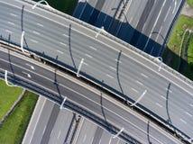 Vista superior nas interseções, nas passagem superiores e nas passagens subterrâneas vazias da estrada fotografia de stock
