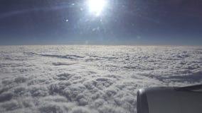 A vista superior nas nuvens brancas do plano no dia ensolarado Viagem pelo ar filme