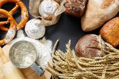 Vista superior no pão fresco e no cozimento imagens de stock