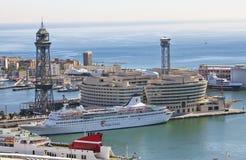 A vista superior no porto com navios de cruzeiros o 9 de maio de 2010, Barcelona, Espanha fotografia de stock