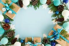 Vista superior no quadro das decorações do Natal, das caixas de presente, dos ramos do abeto, dos cones do pinho e das luzes de N Imagem de Stock Royalty Free