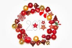 Vista superior no quadro feito da decoração do Natal com as bolas do ano novo no fundo branco isolado com inscrição 2018 Imagens de Stock