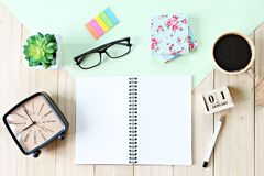 Vista superior o endecha plana del documento del cuaderno, de accesorios, del calendario del cubo y de la taza de café abiertos s Fotos de archivo libres de regalías