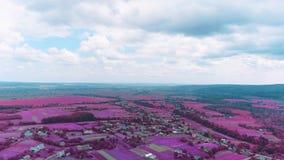 Vista superior O zangão aéreo está voando sobre a vila pitoresca 4K vídeos de arquivo