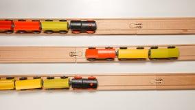 VISTA SUPERIOR: Os trens de madeira do brinquedo movem-se em estradas de ferro para se Foto de Stock