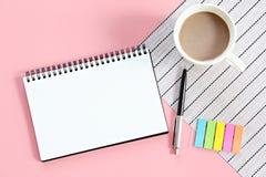 Vista superior ou configuração lisa do caderno aberto com páginas vazias e copo de café na tabela do escritório Imagem de Stock Royalty Free
