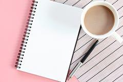 Vista superior ou configuração lisa do caderno aberto com páginas vazias e copo de café na tabela do escritório Imagem de Stock