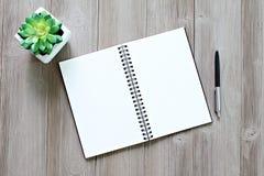 Vista superior ou configuração lisa do caderno aberto com páginas vazias e da pena na tabela da mesa de escritório com espaço da  Foto de Stock Royalty Free