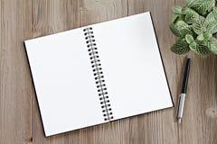 Vista superior ou configuração lisa do caderno aberto com páginas vazias e da pena na tabela da mesa de escritório com espaço da  Imagens de Stock Royalty Free