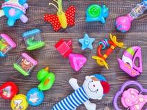 Vista superior ou configuração lisa em brinquedos coloridos fotos de stock