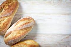 Vista superior, pão e rolos na madeira Foto de Stock