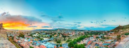 Vista superior panorâmico de Tbilisi Geórgia Skyline, por do sol bonito Fotografia de Stock Royalty Free