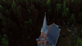 Vista superior a?rea da igreja bonita em Jurmala durante o por do sol dourado da hora - Sala Sv Ev de Janis lutheran vídeos de arquivo