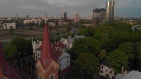 Vista superior a?rea da igreja bonita em Riga, capital europeia durante o por do sol dourado da hora - o Ev de Martin lutheran video estoque
