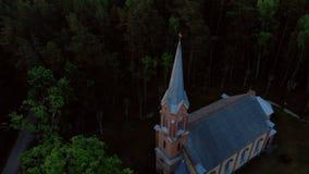 Vista superior a?rea de la iglesia hermosa en Jurmala durante puesta del sol de oro de la hora - Sala Sv Ev de Janis lutheran almacen de metraje de vídeo
