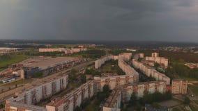 Vista superior a?rea de la tormenta que viene que llega un distrito del dise?o sovi?tico - puesta del sol en la capital europea R almacen de metraje de vídeo