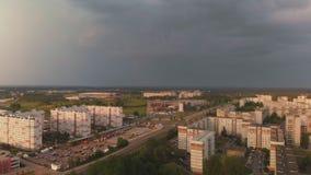 Vista superior a?rea de la tormenta que viene que llega un distrito del dise?o sovi?tico - puesta del sol en la capital europea R metrajes
