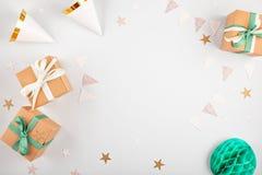 Vista superior sobre as caixas de presente com ballons e decoração do partido fotografia de stock