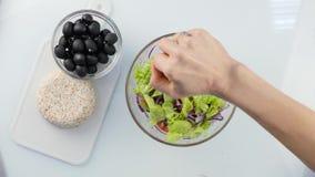 Vista superior Suco de limão de derramamento na salada vegetal mulher que cozinha o ponto baixo do vegetariano - salada grega da  vídeos de arquivo