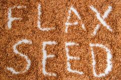 Vista superior A superfície do montão dos flaxseeds Subtítulo: Flaxseed Fundo branco Feche acima, macro imagem de stock