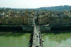 Vista superior a Tíber y a los puentes del castel del santo Ángel Foto de archivo