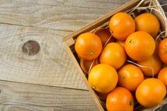 Vista superior Tangerinas frescas em um fundo de madeira Os mandarino em uma caixa de madeira com espaço da cópia para o texto Ta fotografia de stock