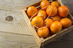 Vista superior Tangerinas frescas em um fundo de madeira Os mandarino em uma caixa de madeira com espaço da cópia para o texto Ta foto de stock royalty free