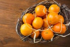 Vista superior Tangerinas frescas em um fundo de madeira Os mandarino em uma cesta com espaço da cópia para o texto Tangerinas ma foto de stock