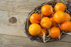 Vista superior Tangerinas frescas em um fundo de madeira Os mandarino em uma cesta com espaço da cópia para o texto Tangerinas ma foto de stock royalty free