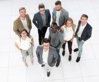 Vista superior um grupo de jovens criativos que estão no escritório fotografia de stock royalty free
