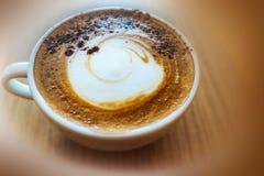 Vista superior um o copo do café do cappuccino com espuma na parte superior mim imagem de stock