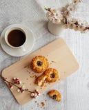 Vista superior a una taza de café sólo y de galletas fotografía de archivo libre de regalías