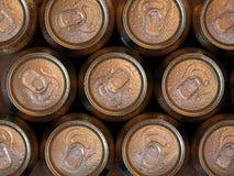 Vista superior y cierre para arriba de latas de cerveza de restauración imágenes de archivo libres de regalías